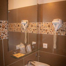 Chambre standard balcon - salle de bain évier
